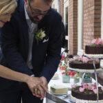 Brautpaar beim Anschnitt der Hochzeitstorte