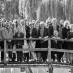 Hochzeitsgesellschaft auf einer Brücke