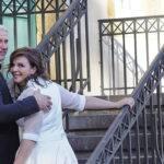 Brautpaar vor Treppe dreht sich um
