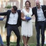 Brautpaar mit Freunden vor Schloß