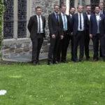 Braut mit Männergruppe vor der Kirche