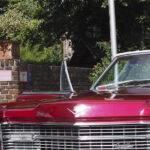 Brautpaar neben Cadillac