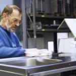 Mitarbeiter poliert Edelstahlspüle