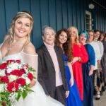 Braut in einer Reihe mit anderen Frauen