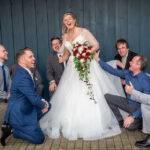 Männer himmeln Braut an