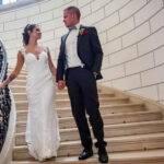 Brautpaar auf Treppe schaut sich an