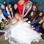 Braut inmitten einer Gruppe Mädels
